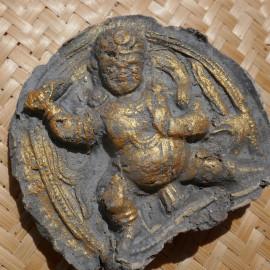 Porte bonheur amulette - bodhisattva protectrice Vajrapani - TsaTsa en argile