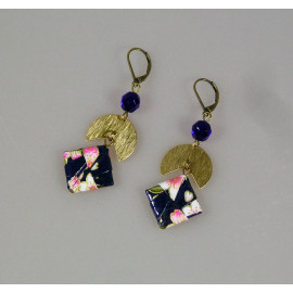 Boucles d'oreilles origami en papier japonais bleu et rose et laiton brut