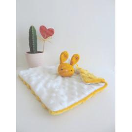 Doudou plat Lapin jaune moutarde et blanc, peluche lapin, confectionné sur commande