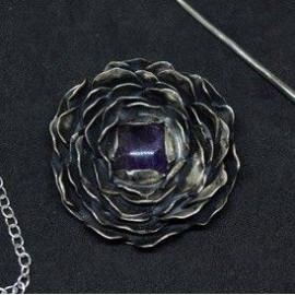Pendentif et Broche - Fleur au cœur d'améthyste
