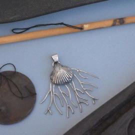 Pendentif - Coquillage sur lit de corail argenté