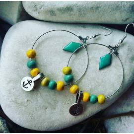 Boucles d'oreilles créoles géométrique, perles en bois bleu turquoise, jaune moutarde, breloque ancre marine