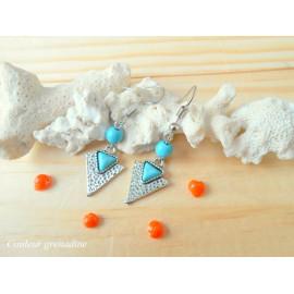 Boucles d'oreilles pendantes, triangle et perle turquoise, idée cadeau anniversaire