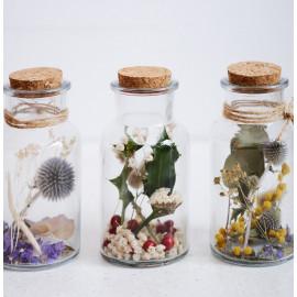 Pots en verre de fleurs séchées