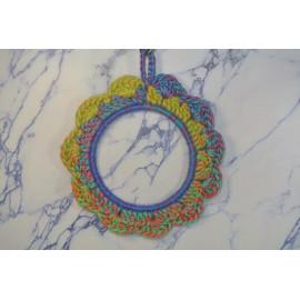 Cadre rond médium multi-color crocheté