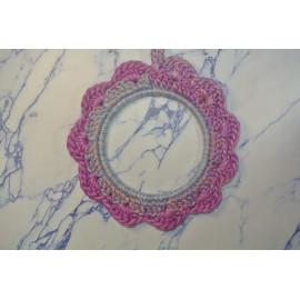 Cadre rond médium violet crocheté