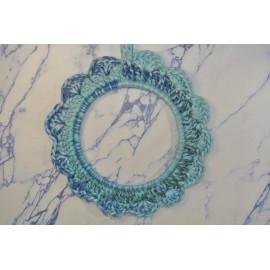 Cadre rond bleu crocheté
