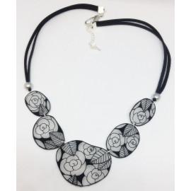 Collier plastron roses noires