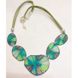 Collier plastron motif feuilles vertes