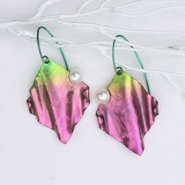 Boucles d'oreilles Dosolfa, titane et perles de cultures, rose et vert.