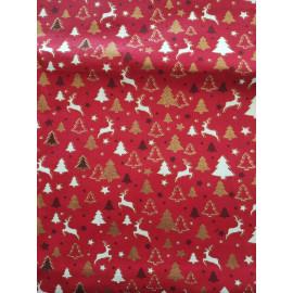 Tissu sapins de noël et cerfs sur fond rouge - en coton certifié - vendu par 10cm