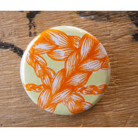 "Badge original ""Tresses oranges fond vert"""